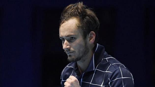 Vítězné gesto Daniila Medveděva v duelu s Novakem Djokovičem.