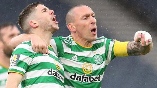 Ryan Christie slaví se Scottem Brownem gól Celtiku proti Aberdeenu.