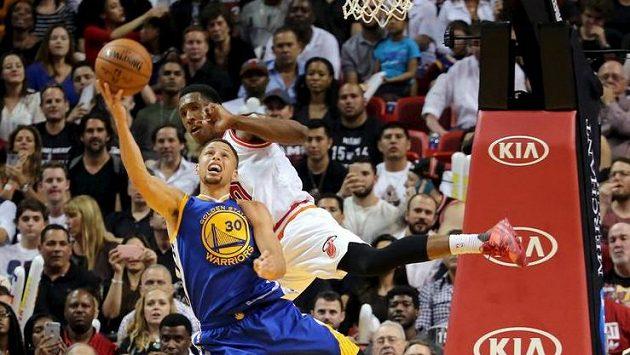 Stephen Curry (vlevo) z Golden State byl v tomto okamžiku při střelbě faulován Joshem Richardsonem z Miami.
