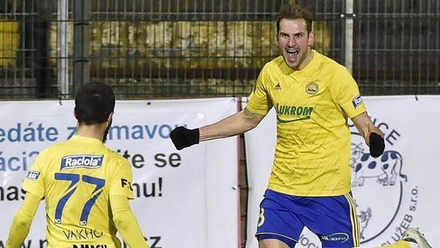 Zleva Vachtang Čanturišvili a Tomáš Poznar ze Zlína se radují z gólu.