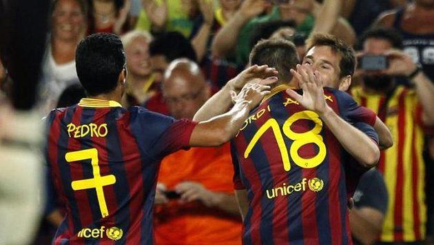 Barcelonští fotbalisté se radují z jednoho z mnoha gólů do sítě Santosu.