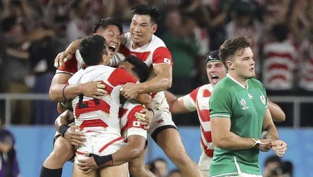 Japonští hráči oslavují senzační vítězství nad favorizovanými Iry.