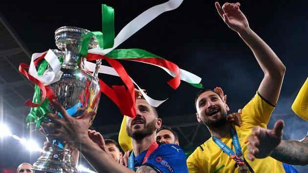 Ital Leonardo Bonucci s trofejí pro vítěze EURO.