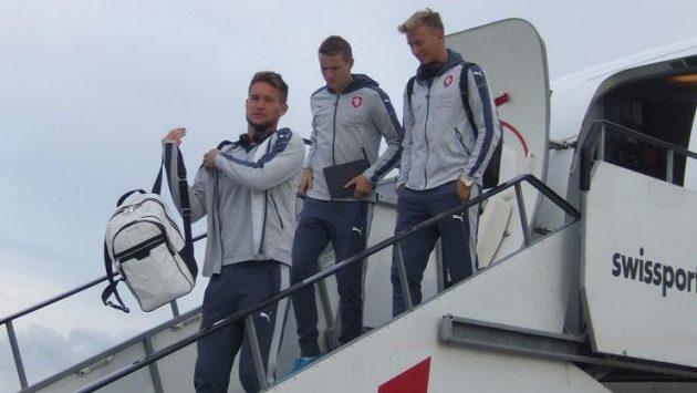 Fotbalisté jsou teď hlavně cestovatelé... Zleva Tomáš Vaclík, Jakub Jankto a Antonín Barák.