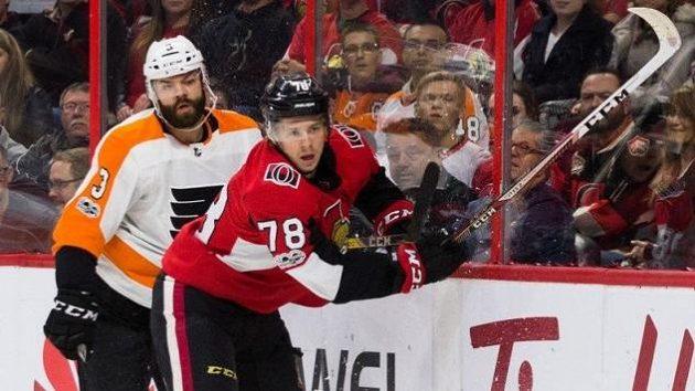 Radko Gudas (3) z Philadelphie se při utkání s Ottawou potkal u mantinelu i s debutantem v NHL Filipem Chlapíkem (78) z Ottawy.