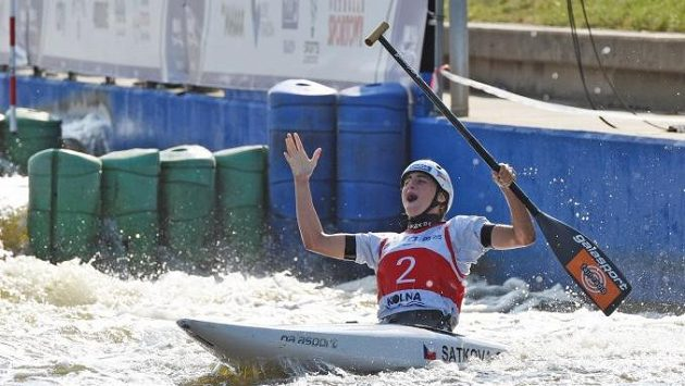 Radost kanoistky Gabriely Satkové z juniorského světového titulu.