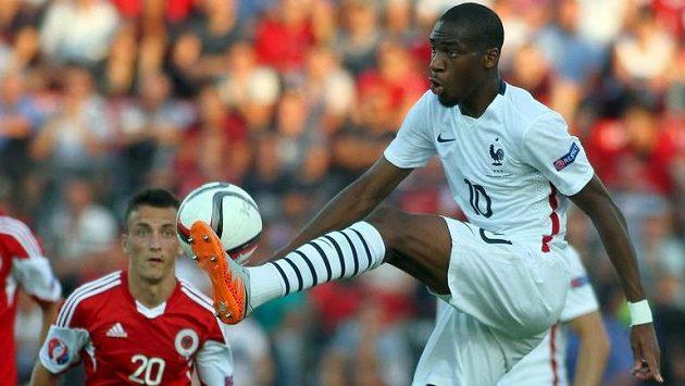 Teprve dvaadvacetiletý francouzský talent Geoffrey Kondogbia (vpravo) má namířeno do Interu Milán.