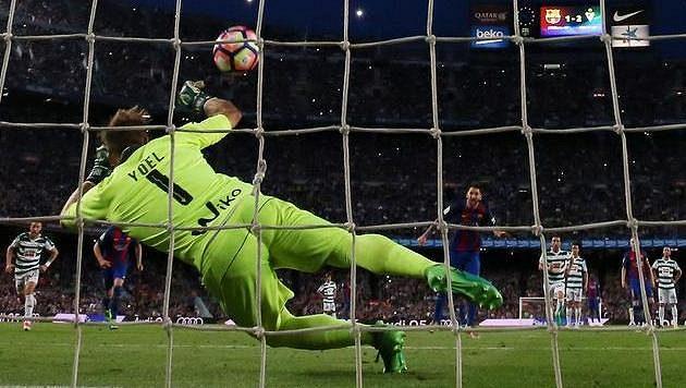 Brankář Eibaru Yoel Rodriguez vyrazil pokutový kop Lionela Messiho. Sudí penaltu odpískal po nafilmovaném pádu Jordiho Alby.