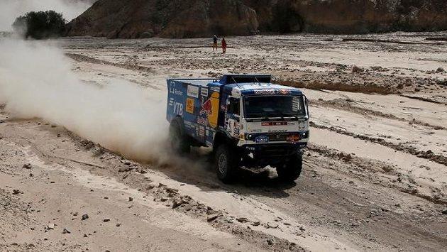 Rus Andrej Karginov na Kamazu během ćtvrté etapy Rallye Dakar.
