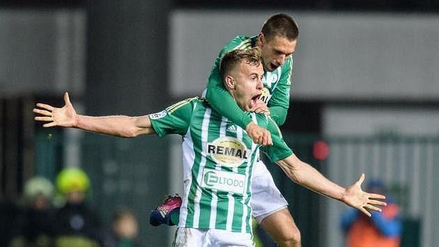 Martin Hašek mladší (vlevo) a Milan Kocič oslavují gól na 1:1 během utkání 13.kola HET ligy, kdy hráli Pražané proti SK Sigma Olomouc.