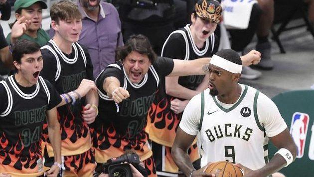 Fanoušci Milwaukee Bucks povzbuzují hráče Bobbyho Portise, který právě skóroval v pátém semifinále play off NBA.