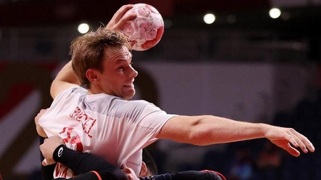 Dánský házenkář Mathias Gidsel útočí v utkání proti Japonsku na olympijských hrách v Tokiu.