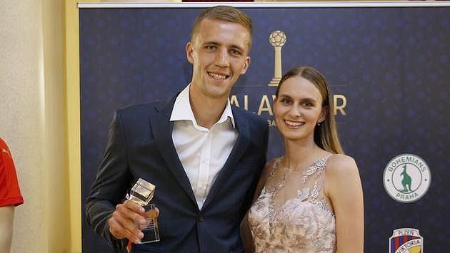 Tomáš Souček s partnerkou a cenou pro nejlepšího hráče české ligy.