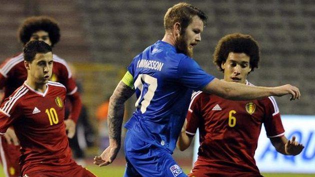 Kapitán Islandu Aron Gunnarsson v souboji s Belgičany Edenem Hazardem (vlevo) a Axelem Witselem.