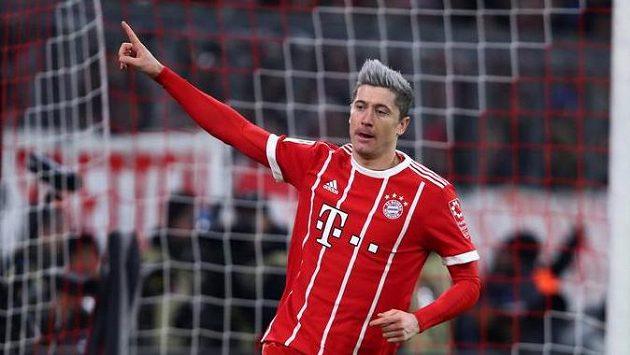 Robert Lewandowski z Bayernu se raduje po gólu proti Kolínu.