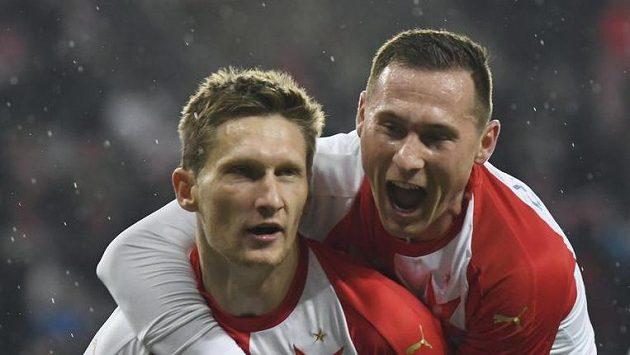 Milan Škoda (vlevo) a Jan Bořil (vpravo) ze Slavie se radují z gólu.