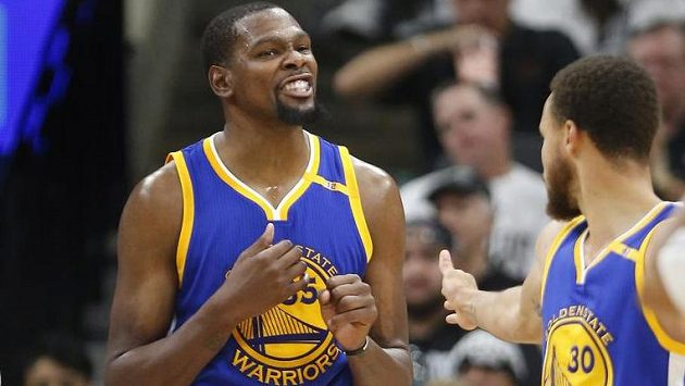 Hvězdy Golden State Warriors Kevin Durant (vlevo) a Stephen Curry.