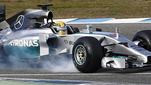 Lewis Hamilton prudce brzdí svůj mercedes při testech v Jerezu.
