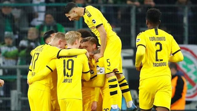 Fotbalisté Dortmundu se radují z gólu