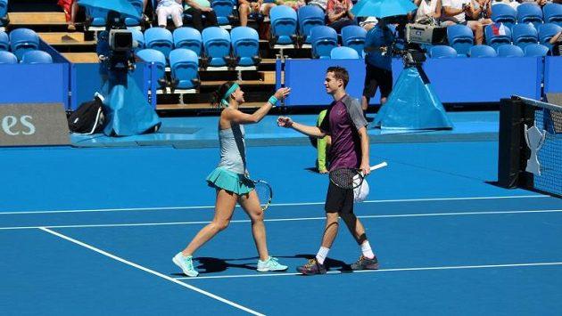 Lucie Šafářová a Adam Pavlásek se radují po proměněném mečbolu ve smíšené čtyřhře v souboji Hopmanova poháru proti Kanaďanům.
