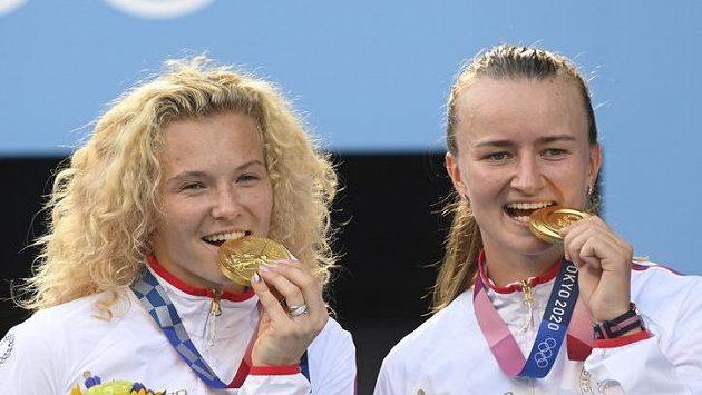 České hráčkyKateřina Siniaková (vlevo) a Barbora Krejčíková pózují se zlatými medailemi.