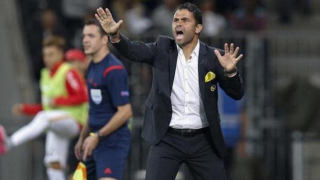 Marně trenér Bernu Uli Forte v utkání s Monakem v Lize mistrů gestikuloval, povyřazení dostal od klubového vedení padáka.