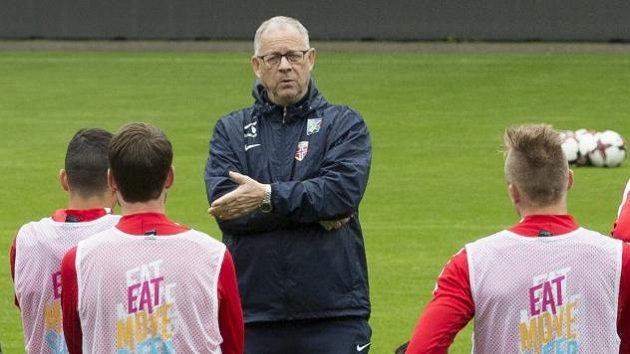 Trenér Lars Lagerbäck s hráči během tréninku norské reprezentace.