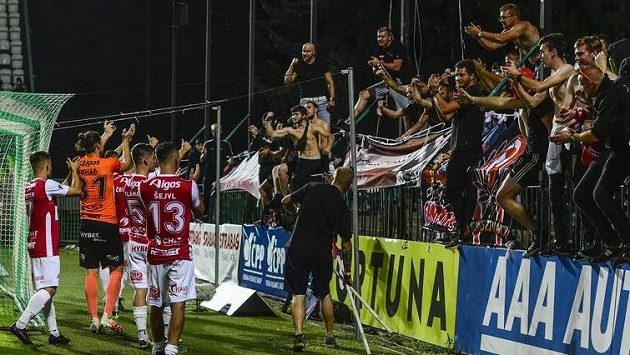 Hráči Pardubic děkují fanouškům po skončení utkání se Slavií v Ďolíčku.