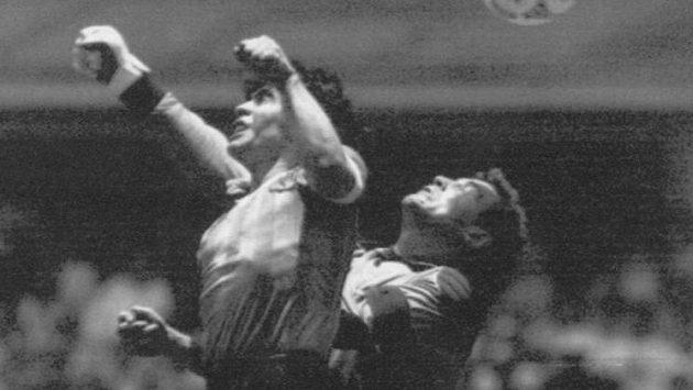Legendární gol rukou v podání Diega Maradony