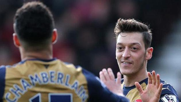 Mesut Özil oslavuje branku do sítě Bournemouthu s Alexem Oxlade-Chamberlainem.