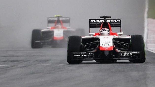 Francouz Jules Bianchi ze stáje Marussia (vpravo) před svým týmovým kolegou Maxem Chiltonem z Velké Birátine.