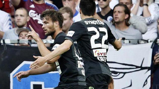 Jablonecký útočník Tomáš Wágner (vlevo) oslavuje svoji trefu proti Kodani s Vjačeslavem Karavajevem.