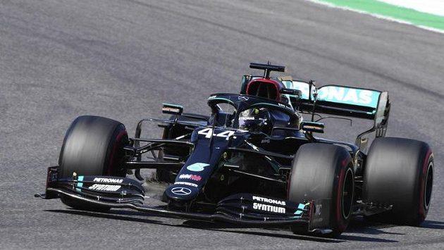 Brit Lewis Hamilton na trati Velké ceny Toskánska.