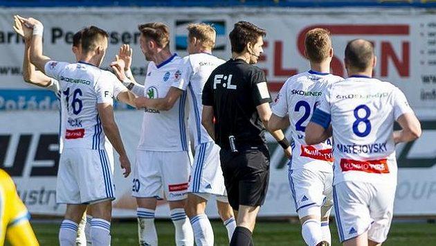 Hráči Boleslavi se radují z prvního gólu.