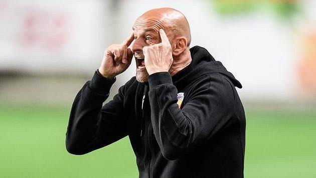 Trenér Viktorie Plzeň Adrian Guľa během utkání na Slavii, kde jeho tým inkasoval pět branek.