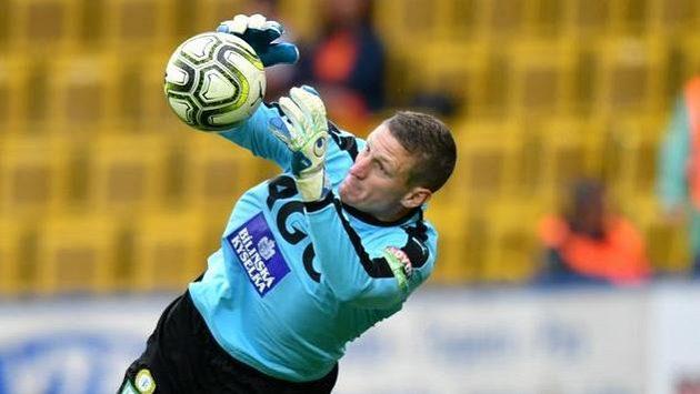 Teplický brankář Tomáš Grigar zasahuje v utkání se Slavií.