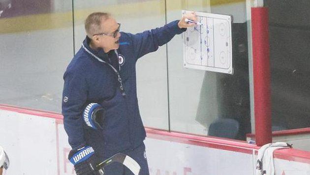 Hlavní kouč Winnipegu Paul Maurice uděluje na tréninku pokyny svým svěřencům.