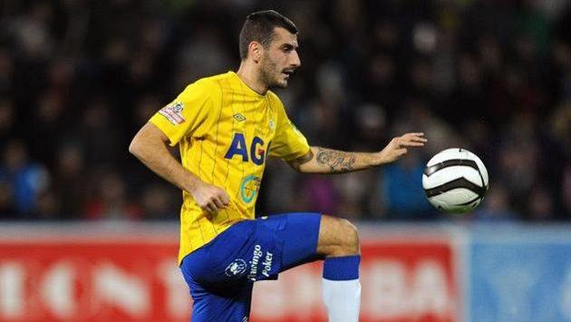Teplický záložník Admir Ljevakovič dal v Hradci gól, ale místo oslav viděl žlutou kartu.