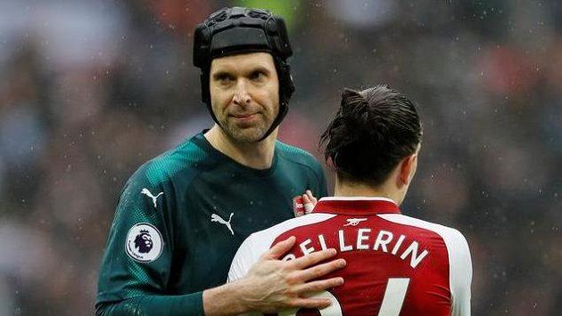 Arsenalští Hector Bellerín a Petr Čech po derby.