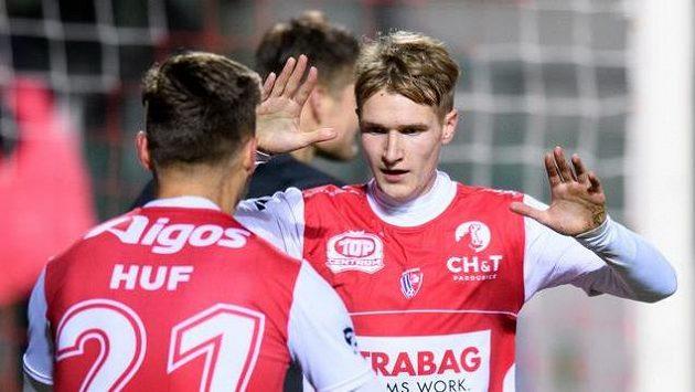 Emil Tischler z Pardubic oslavuje gól na 1:0 během utkání 11. kola Fortuna ligy proti Brnu.