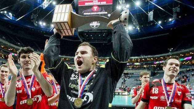 Brankář Michal Rebro se raduje z mistrovského titulu.