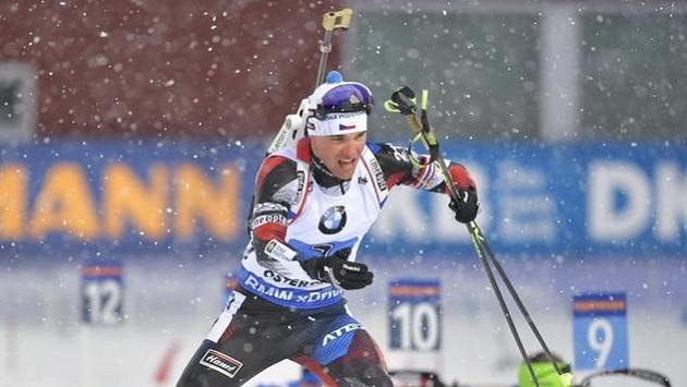 Michal Krčmář po střelecké položce vleže během štafetového závodu.