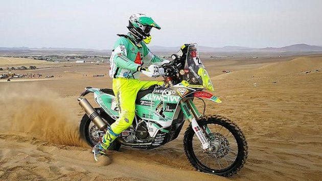 Český motocyklový závodník Ondřej Klymčiw se probouzí z umělého spánku po havárii na Dakaru.