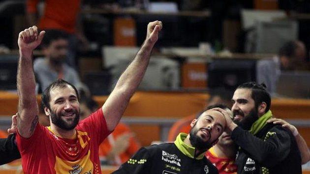 Španěl Joan Caňellas (vlevo) jásá se spoluhráči po vítězství nad Tuniskem.