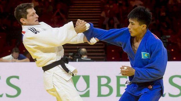 Český judista Pavel Petřikov (vlevo) v souboji s Gusmanem Kyrgyzbajevem z Kazachstánu.