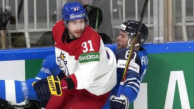 Lukáš Klok v souboji u mantinelu ve čtvrtfinále s Finskem.