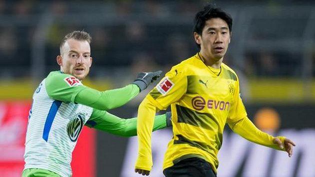 Dortmundský Kagawa (vpravo) a Maximilian Arnold z Wolfsburgu.