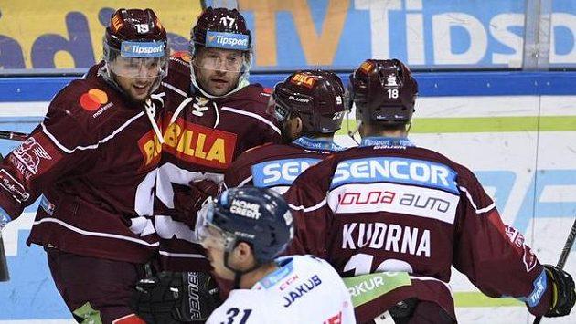 Z gólu se radují hráči Sparty (zleva) Tomáš Pavelka, autor branky Jaroslav Hlinka, Lukáš Pech a Andrej Kudrna. V popředí smutný hráč Liberce Dominik Lakatoš.