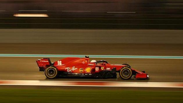 Charles Leclerc z týmu Ferrari v akci během závodu formule 1 v Abú Zabí.