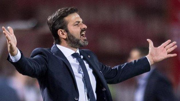Pánové, takhle ne! Trenér Sparty Andrea Stramaccioni během utkání v Bělehradě.
